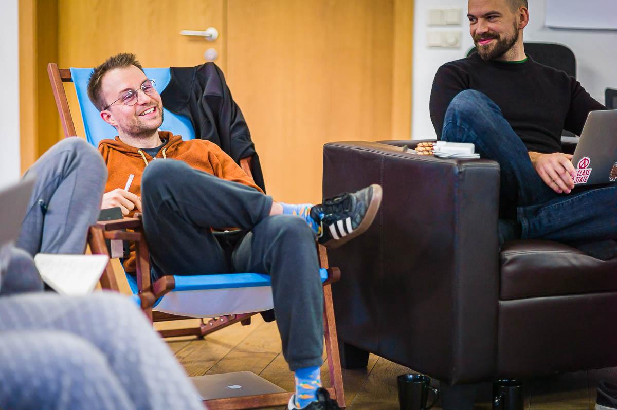 Mann lachend in Liegestuhl